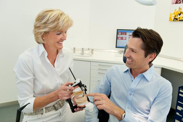 Zahnarzthelferinnen bei Zahnreinigung