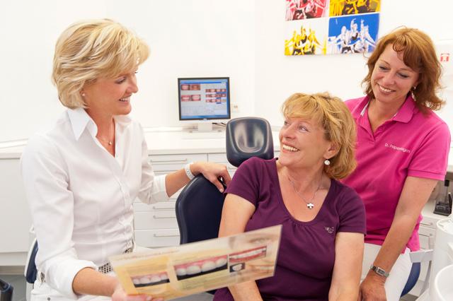 Zahnärztin berät Patienten