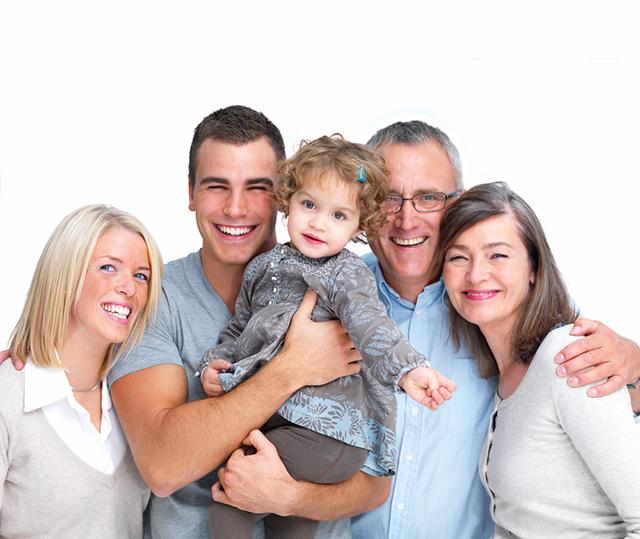 Mehrgenerationen Familie lacht in Kamera