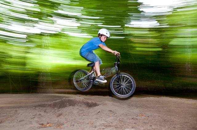 Junge springt mit BMX