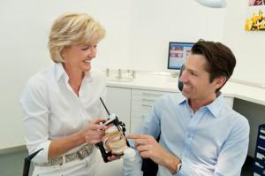 Zahnärztin berät Patient